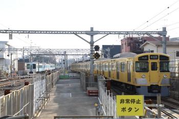 2017年12月24日、東村山、4009Fの上り回送列車と2051Fの6692レ。
