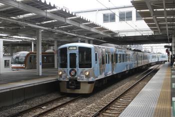 2017年4月15日 11時35分ころ、所沢、西武新宿方から4番ホームへ到着する4009Fの下り列車と5番ホームから発車するメトロ車。