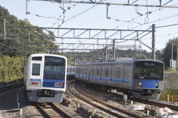 2017年11月3日 9時23分ころ、入間市、通過した02M運用の上り回送列車(6110F)と到着する20103Fの臨時急行 入間市ゆき。