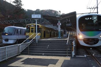 2017年12月3日 15時38分ころ、吾野、右から38117Fの5042レ・2073Fの5037レ・10107Fの上り回送列車。10107Fは5042レに続いてすぐに発車。