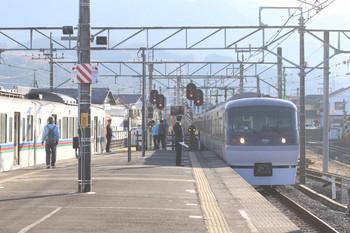2017年12月3日 14時35分ころ、西武秩父、3番ホームへ到着する10107Fの特急秩父93号。左の4000系はこの後 横瀬へ回送されました。
