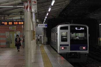 2017年11月3日 18時39分ころ、入間市、3番ホームを通過した6107Fの下り回送列車(51K運用)。