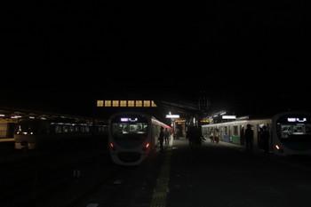2017年12月3日 20時53分ころ、西武秩父、左から10101Fの「ちちぶ35号」・38104Fの快急 池袋ゆき(3本目)・38117Fの快急 池袋ゆき(2本目)。