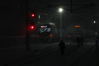 2018年1月22日 19時20分ころ、石神井公園、発車した30000系の急行 池袋ゆきとメトロ7029Fの各停 菊名ゆき(6672レ・90分近い遅れ)、そして軌道を歩く職員さん。