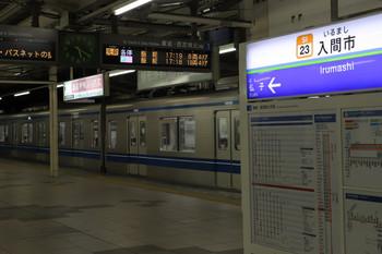 2018年1月21日、入間市、3番ホームから発車した20151Fの4145レ。ホームの発車案内は発車時刻が逆転してます。
