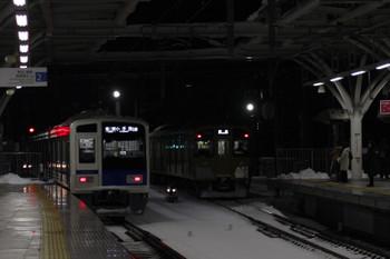 2018年1月23日 6時3分ころ、石神井公園、到着する2091Fの上り回送列車(右)と6117Fの6501レ。