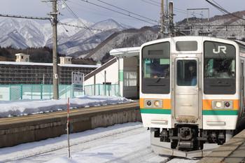 2018年1月6日 13時20分、上牧、雪山を背景に到着する211系の新前橋ゆき。