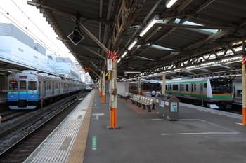2018年1月3日 8時44分ころ、熱海、左から伊豆急8000系・JR東日本185系・JR東海373系・JR東日本E233系。