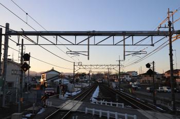 2018年1月27日、元加治、遠くに見えるのが2002レ。一番手前の架線柱は新旧が交代。パイプ状の架線柱に架線は支持されていました。