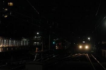 2018年2月10日 6時3分ころ、石神井公園、闇に沈む6番線の2063F(中央奥)とその代わりにおそらく保谷からやって来た2071Fの上り回送列車(右側)。