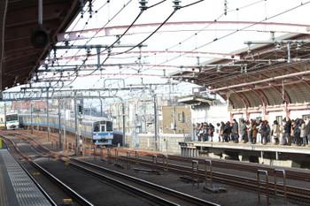 2018年2月15日 8時41分ころ、梅ヶ丘、1000形の各停と8000形の急行の上り列車が並走。