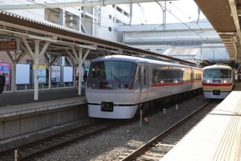 2018年2月18日、所沢、10109Fの臨時「ちちぶ91号」(左)と10105Fの20レ。
