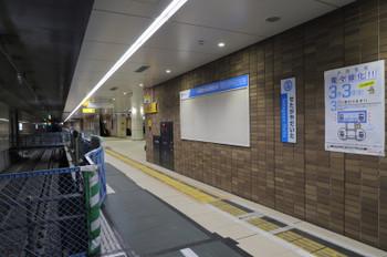 2018年2月25日、世田谷代田、1周間後の緩行線ホーム。その下の当時のホームへの通路上から撮影。奥に、地下線の梅ヶ丘駅方の出口が見えます。