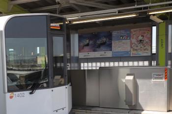 2018年3月4日、高松、モノレール駅構内の西武「拝島ライナー」ポスター。