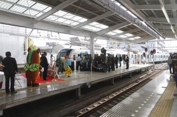 2017年3月25日 9時6分ころ、飯能、小手指車両基地から回送されてきた40102F。元町・中華街ゆきS-Trainの402レとなります。池袋方では記念の式典。