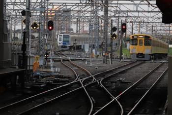 2018年4月13日 5時30分ころ、所沢、2番ホームを通過した2049Fの上り回送列車。電留線(W)が空いてます。