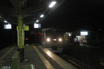 2016年12月3日 19時17分、西吾野、1番ホームを通過する「むさし29号」。
