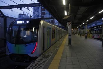 2017年9月10日、練馬、40101FのS-Train・403レ(左)と20158F(999)の5509レ。