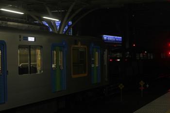 2017年3月31日、石神井公園、4番ホームを通過した40レ(右奥)と3番ホームで待避するS-Trainの506レ。