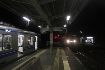2016年12月4日 0時16分ころ、武蔵横手、通過する上り臨時特急(右)と待避の各停 所沢ゆき。