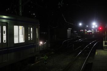 2016年12月3日 19時57分ころ、横瀬、引き上げ線から西武秩父へ向かうため上りホーム横へ入ってきた20153F(左)とその奥の3本が入った電留線。