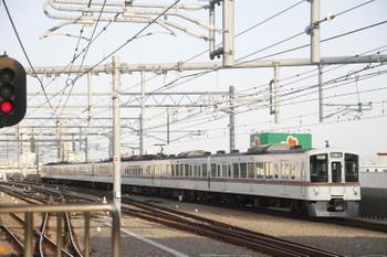 2017年3月25日 6時45分ころ、石神井公園、4番ホームを通過する4000系4+4連の上り回送列車。