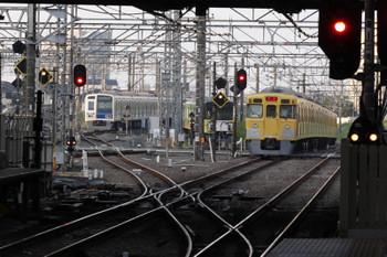 2018年5月1日 5時29分ころ、所沢、2番ホームを通過した2021Fの新宿線の上り回送列車(右端)と電留線で滞泊の20158F・6110F。