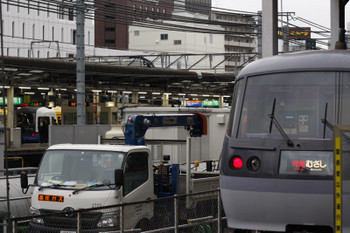2018年5月8日 6時23分ころ、池袋、JR池袋駅構内のE255系(左奥)と西武10109F。