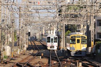 2018年5月20日 17時23分ころ、西所沢、4009Fの下り列車。狭山線へ送り込まれてきた2501Fと並びました。