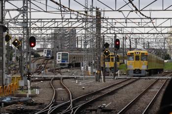 2018年6月14日 5時30分ころ、所沢、右から新宿線の2401F+2529Fの上り回送列車、電留線で帯泊の2087F・6116F、そして池袋線の6105Fの上り回送列車。