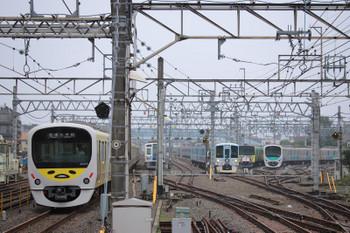 2018年6月24日 7時47分ころ、保谷、38105F(ぐでたま)の5211レ(左端)と4009F上り回送列車。その右奥には23番線に留置の20158F(999)も。