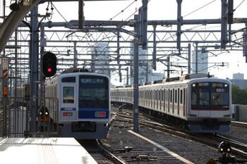 2018年6月25日、石神井公園、2番ホームから発車した6106Fの快速 飯能ゆき3701レ(14M)と東急5175Fの上り回送列車(石神井公園から14K・6622レ)。
