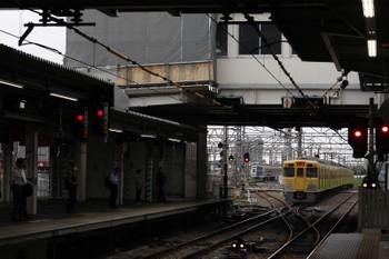 2018年6月26日 5時30分ころ、所沢、2番ホームを通過した2021Fの上り回送列車(右奥)ほか。