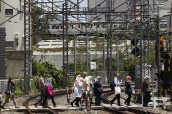 2018年6月27日、目白~高田馬場、JR山手貨物線を南へ向かう185系。