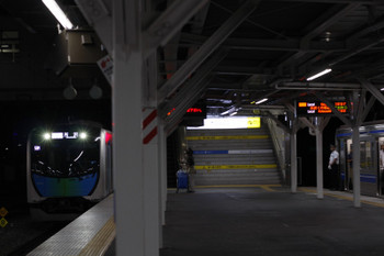 2018年6月27日、所沢、6113Fの3709レ(右)が待つ駅へ40102FのS-Train 503レが到着。