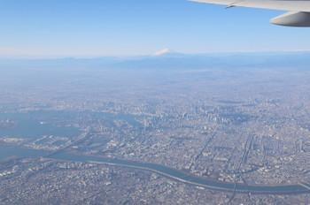 2017年12月10日 9時25分ころ、飛行機の中から都心・富士山方向の眺め。