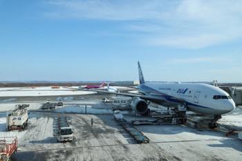 2017年12月10日 10時46分ころ、到着した千歳空港、全日空さんに運んでもらいました。快晴。