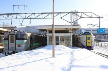 2017年12月10日 11時9分ころ、南千歳、新千歳空港ゆきの快速と札幌ゆきの特急の並び。