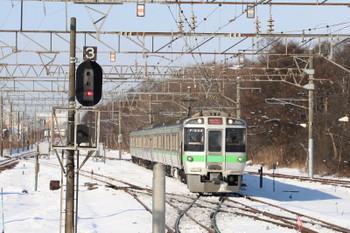 2017年12月10日 11時23分ころ、南千歳、駅の北側で逆側へ転線する新千歳空港ゆきの快速。JR北海道で私が分かる車両の形式はこの721系くらいです。