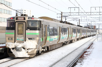 2017年12月10日 13時29分ころ、新札幌、北海道新幹線PR車体広告電車の「快速エアポート」。
