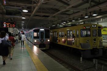 2018年7月15日 20時3分ころ、西武新宿、到着する4009F(52席)の上り列車と発車を待つ2007F(台湾)の5173レ。