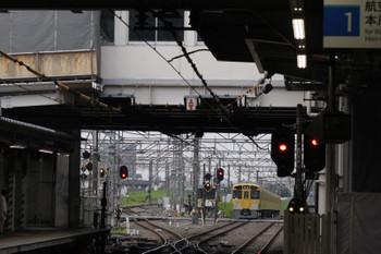 2018年7月19日 5時30分ころ、所沢、通過した2047Fの上り回送列車(右)と空いている電留線(W)。