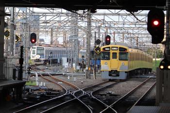 2018年7月21日 5時30分ころ、所沢、(右から)2番ホームを通過した2051Fの上り回送列車と電留線で寝ている20151F・6153F。