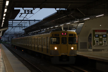 2018年8月12日 5時30分ころ、所沢、2番ホームを通過する2027Fの上り回送。