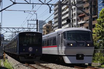 2018年8月17日、高田馬場~下落合、20105Fの2641レ(左)と10101Fの120レ。