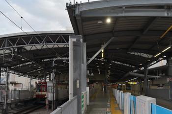 2018年8月17日、池袋、2・3番ホームの先端から駅中央方を見たところ。以前は屋根が手前まで伸びていました。