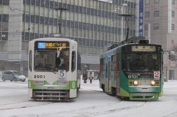 2017年12月12日 8時6分ころ、函館駅前、右は一部ノンステップの8101の湯の川ゆき。