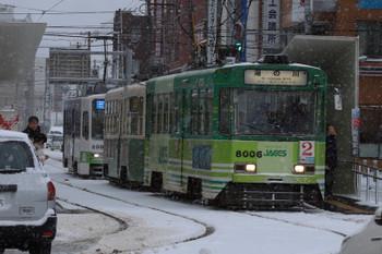 2017年12月12日 8時35分ころ、函館駅前、折り返しの719をはさみ3両が電停に並びました。