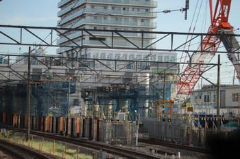 2018年8月18日、東村山、高架化工事が進む北側を上り列車から。