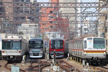 2018年7月17日9時0分ころ、中目黒、左からメトロ03系・130000系と東武70000系、そしてメトロ7032Fの各停渋谷ゆき。